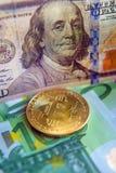 Bitcoin στο δολάριο και την ευρο- επένδυση λογαριασμών, συναλλαγματική ισοτιμία, wea Στοκ φωτογραφία με δικαίωμα ελεύθερης χρήσης
