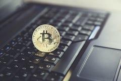Bitcoin στο πληκτρολόγιο σημειωματάριων στοκ φωτογραφίες με δικαίωμα ελεύθερης χρήσης