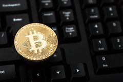 Bitcoin στο πληκτρολόγιο Φυσικό νόμισμα κομματιών Ψηφιακό νόμισμα Cryptocurrency Στοκ εικόνα με δικαίωμα ελεύθερης χρήσης
