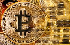 Bitcoin στο τυπωμένο υπόβαθρο πινάκων κυκλωμάτων Στοκ εικόνες με δικαίωμα ελεύθερης χρήσης