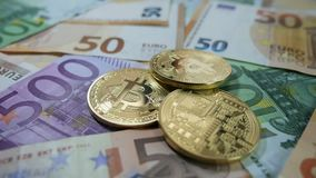 Bitcoin, χρυσά bitcoins και πραγματικά χρήματα εννοιολογικό ευρώ πενήντα πέντε δέκα νομίσματος τραπεζογραμματίων φιλμ μικρού μήκους