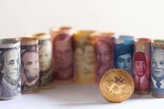 Bitcoin, банкноты nd долларовых банкнот других валют различных стран Стоковая Фотография RF