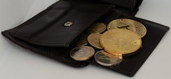 Bitcoin в бумажнике с монетками евро стоковые фото