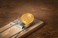 Bitcoin в весн-нагруженной ловушке стоковые фотографии rf