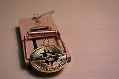 Bitcoin в мышеловке стоковая фотография