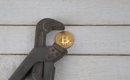 Bitcoin в струбцине Риск экономического кризиса Падение валюты стоковая фотография rf