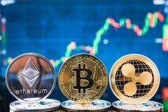 Bitcoin дела, ethereum и монетки XRP валюта финансируют деньги стоковая фотография rf