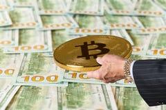 Bitcoin держало над 100 счетами или примечаниями США доллара Стоковые Изображения