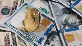 Bitcoin закручивая на банкноту доллара Обмен и торговать Cryptocurrency видеоматериал