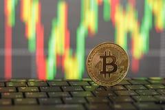 Bitcoin золота и конец-вверх клавиатуры на запачканной предпосылке стоковая фотография rf