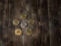 Bitcoin золота и серебра валюты цифров физическое чеканит на деревянной предпосылке стоковые фото