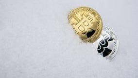 Bitcoin золота и серебра Cryptocurrency на снеге, на заднем плане Концепция работать, фондовая биржа Золото Стоковые Изображения