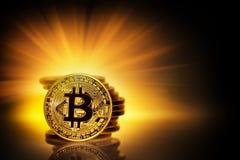 Bitcoin золота и стог монеток в желтых лучах Стоковое Фото