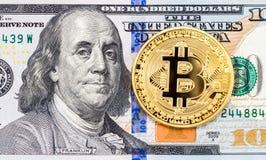 Bitcoin золота лежа над 100 долларовыми банкнотами американца Busine Стоковое Изображение RF