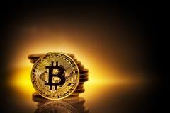 Bitcoin золота на желтой предпосылке с кучей монеток Стоковое Изображение