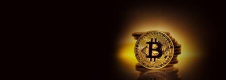 Bitcoin золота на желтой предпосылке с кучей монеток Стоковое Изображение RF