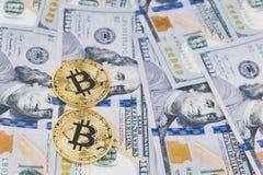 Bitcoin золота чеканит на 100 предпосылках счетов доллара США Стоковое Изображение RF