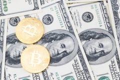 Bitcoin золота чеканит на 100 предпосылках счетов доллара США Стоковые Изображения