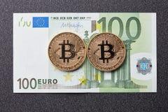 Bitcoin золотых монеток и 100 банкнот евро на темной предпосылке Стоковые Фотографии RF