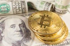 Bitcoin и банкноты 100 долларов стоковые фото