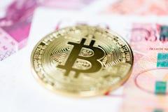 Bitcoin и банкноты 50 фунтов стоковые фото