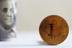 Bitcoin и долларовые банкноты Стоковое Фото