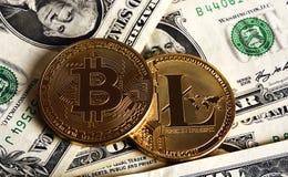 Bitcoin и Litecoin над банкнотами доллара Стоковые Изображения