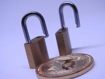 Bitcoin и padlocks латуни Стоковые Фотографии RF