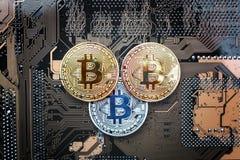 Bitcoin монетки на доске компьютера Стоковая Фотография