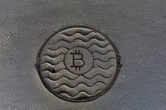 Bitcoin монетки ржаво На серой пакостной предпосылке стоковое изображение rf