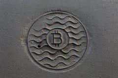 Bitcoin монетки ржаво На серой пакостной предпосылке стоковая фотография rf