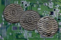 Bitcoin монетки ржаво На фоне видеокарты стоковое фото