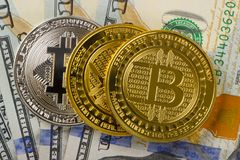 Bitcoin монеток на предпосылке 100 американских долларов конц-поднимает Стоковые Изображения