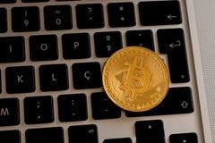 Bitcoin над клавиатурой ` s компьтер-книжки стоковое изображение