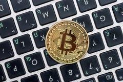 bitcoin на белой клавиатуре компьтер-книжки стоковое фото