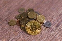 Bitcoin на монетках различных стран Система платежей цифров Деньги монетки цифров секретные на ферме bitcoin в цифровом Стоковое Изображение RF