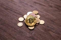 Bitcoin на монетках различных стран Система платежей цифров Деньги монетки цифров секретные на ферме bitcoin в цифровом стоковое фото rf