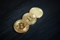 Bitcoin на черной предпосылке, концепции Cryptocurrency Стоковое фото RF