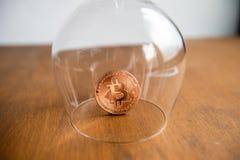 Bitcoin покрыло стеклом стоковые фотографии rf