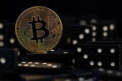 Bitcoin понижается вниз виртуальные риск денег, опасности кризиса и сброса давления и риски инвестировать к деньгам эффекта домин стоковое фото