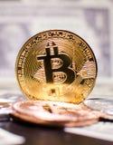 Bitcoin против Доллар Стоковые Фотографии RF