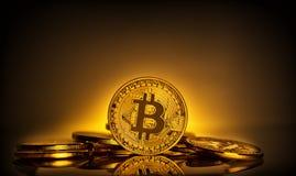 Bitcoin стоя на предпосылке разбрасывать монеток Стоковая Фотография