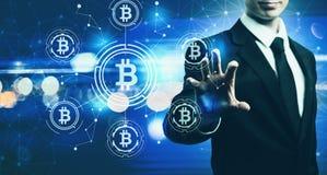 Bitcoin с бизнесменом на голубой светлой предпосылке Стоковая Фотография RF