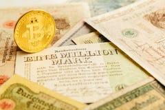 Bitcoin с старыми деньгами deutsch Инфляция бумажных денег Предпосылка концепции Cryptocurrency Крупный план с космосом экземпляр Стоковое Изображение