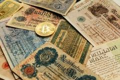 Bitcoin с старыми деньгами deutsch Инфляция наличных денег Предпосылка концепции Cryptocurrency Крупный план с космосом экземпляр Стоковые Фотографии RF