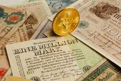 Bitcoin с старыми деньгами deutsch Инфляция наличных денег Предпосылка концепции Cryptocurrency Крупный план с космосом экземпляр стоковые изображения rf