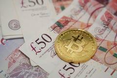Bitcoin с notebanknotes банка валюты фунта стерлинга Стоковое Изображение