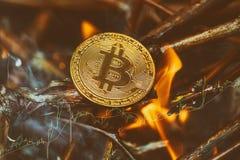 Bitcoin -位硬币BTC烧在火焰和火闪闪发光的cryptocurrency金钱 库存图片