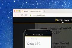 bitcoin 在苹果计算机iMac显示器屏幕上的com主页正式网站 Bitcoin是全世界数字式货币和付款 库存图片