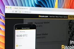 bitcoin 在苹果计算机iMac显示器屏幕上的com主页正式网站 Bitcoin是全世界数字式货币和付款 免版税库存图片